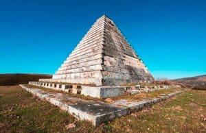 Pirámide de Mussolini en España